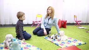 Mujer joven con el bebé durante plaing metrajes