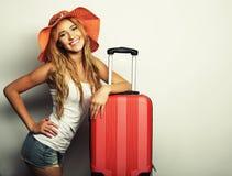 Mujer joven con el bolso anaranjado del viaje Imagenes de archivo