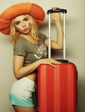 Mujer joven con el bolso anaranjado del viaje Fotografía de archivo libre de regalías