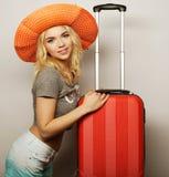Mujer joven con el bolso anaranjado del viaje Fotografía de archivo