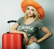 Mujer joven con el bolso anaranjado del viaje Foto de archivo