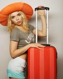 Mujer joven con el bolso anaranjado del viaje Imágenes de archivo libres de regalías