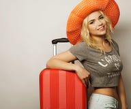 Mujer joven con el bolso anaranjado del viaje Foto de archivo libre de regalías