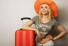 Mujer joven con el bolso anaranjado del viaje Fotos de archivo