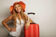 Mujer joven con el bolso anaranjado del viaje Fotos de archivo libres de regalías