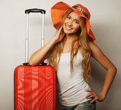 Mujer joven con el bolso anaranjado del viaje Imagen de archivo