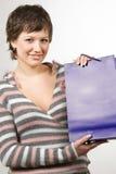 Mujer joven con el bolso de compras Imagen de archivo libre de regalías