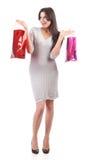 Mujer joven con el bolso de compras. Descuento. Aislado Fotos de archivo