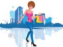 Mujer joven con el bolso de compras en ciudad