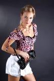 Mujer joven con el bolso de embrague Foto de archivo libre de regalías