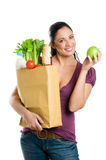 Mujer joven con el bolso de tienda de comestibles y la manzana verde Foto de archivo