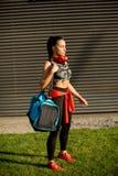 Mujer joven con el bolso del deporte al aire libre fotografía de archivo libre de regalías