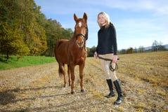 Mujer joven con el caballo Fotografía de archivo libre de regalías