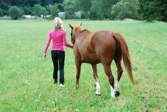 Mujer joven con el caballo Fotografía de archivo