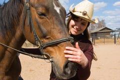 Mujer joven con el caballo en la aldea imagenes de archivo