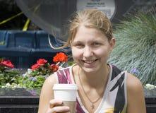 Mujer joven con el café a ir Fotografía de archivo