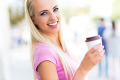 Mujer joven con el café a ir Foto de archivo