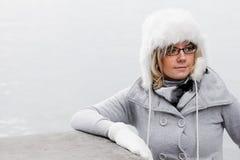 Mujer joven con el casquillo de las lanas Fotos de archivo libres de regalías