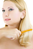 Mujer joven con el cepillo para el pelo Imágenes de archivo libres de regalías