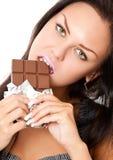 Mujer joven con el chocolate Fotos de archivo