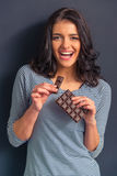 Mujer joven con el chocolate Foto de archivo