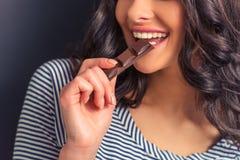 Mujer joven con el chocolate Imagen de archivo