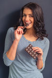 Mujer joven con el chocolate Foto de archivo libre de regalías