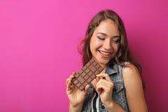 Mujer joven con el chocolate Fotografía de archivo libre de regalías