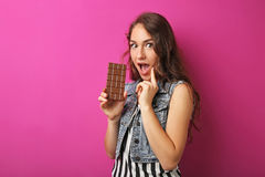 Mujer joven con el chocolate Fotografía de archivo