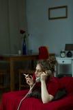 Mujer joven con el cigarrillo Fotos de archivo