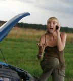 Mujer joven con el coche quebrado Imágenes de archivo libres de regalías