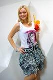 Mujer joven con el coctel en una barra Fotografía de archivo libre de regalías
