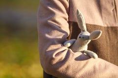 Mujer joven con el conejo del juguete en el parque de la caída Imágenes de archivo libres de regalías