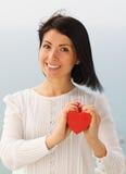 Mujer joven con el corazón de la tarjeta del día de San Valentín Foto de archivo