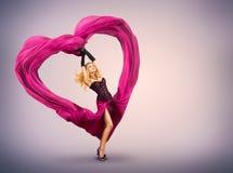 Mujer joven con el corazón de seda de la tarjeta del día de San Valentín Imagen de archivo libre de regalías