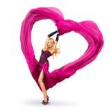 Mujer joven con el corazón de seda de la tarjeta del día de San Valentín Imagenes de archivo