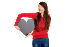Mujer joven con el corazón hecho del papel Imagen de archivo libre de regalías
