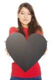 Mujer joven con el corazón hecho del papel Foto de archivo