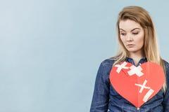 Mujer joven con el corazón quebrado Fotos de archivo libres de regalías