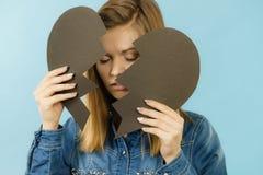 Mujer joven con el corazón quebrado Fotografía de archivo libre de regalías