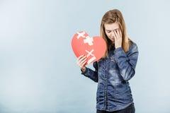 Mujer joven con el corazón quebrado Foto de archivo