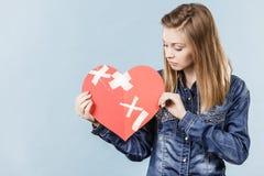 Mujer joven con el corazón quebrado Imagen de archivo libre de regalías