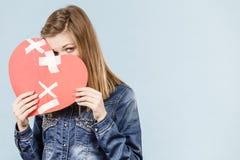 Mujer joven con el corazón quebrado Imagen de archivo