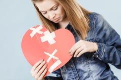 Mujer joven con el corazón quebrado Foto de archivo libre de regalías