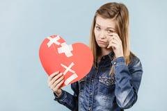Mujer joven con el corazón quebrado Fotografía de archivo