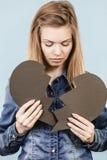 Mujer joven con el corazón quebrado Fotos de archivo
