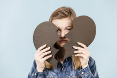 Mujer joven con el corazón quebrado Imágenes de archivo libres de regalías