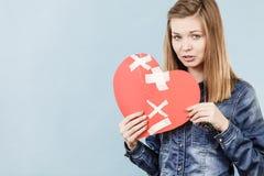 Mujer joven con el corazón quebrado Imagenes de archivo