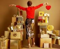 Mujer joven con el corazón rojo imagen de archivo libre de regalías