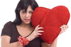 Mujer joven con el corazón rojo grande de la felpa Fotos de archivo libres de regalías